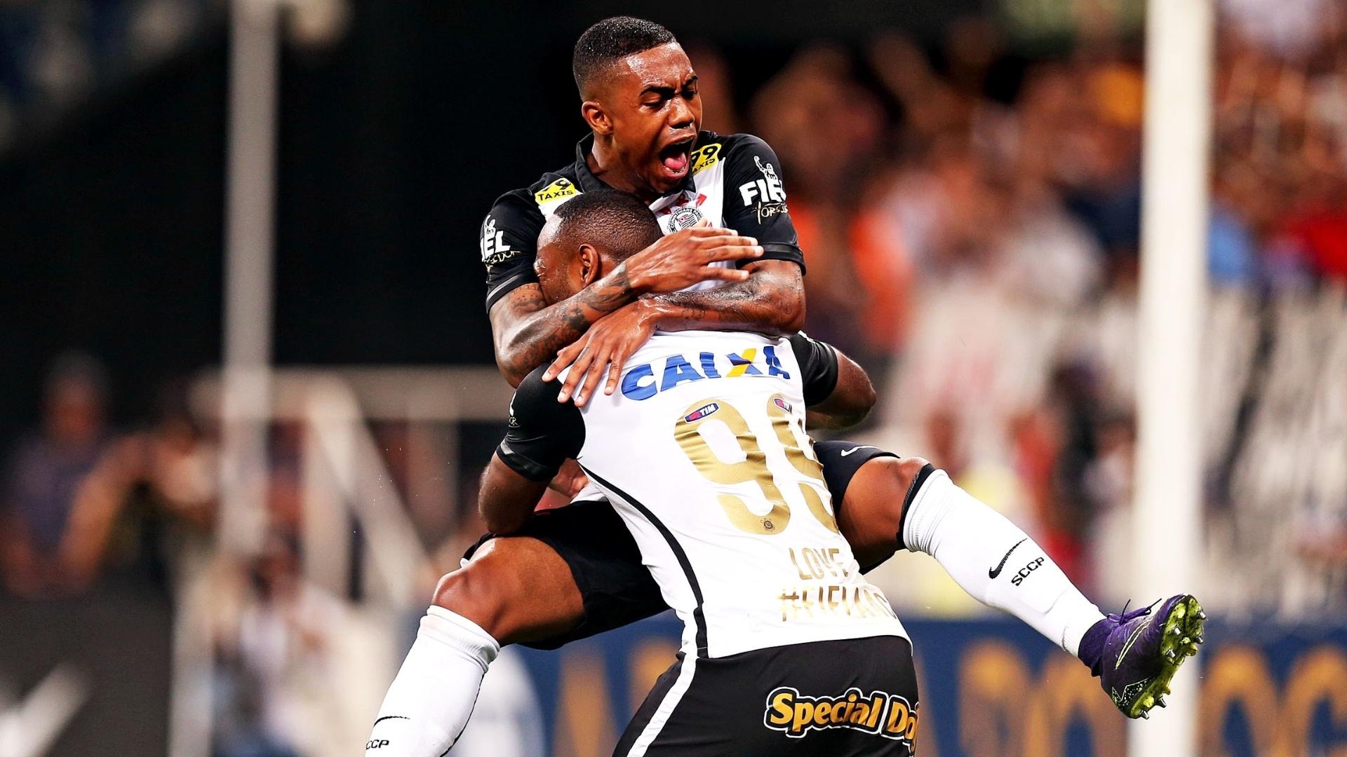 Vágner Love comemora com Malcom o segundo gol do Corinthians sobre o Goiás