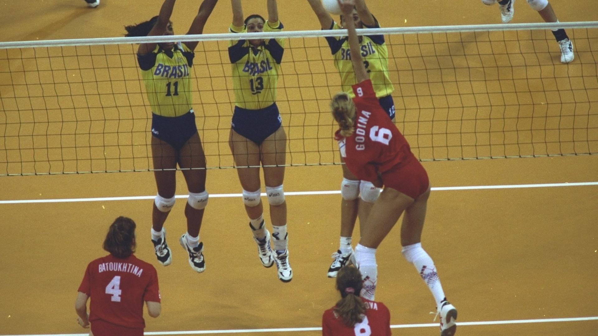 Márcia Fu tenta o bloqueio ao lado de suas companheiras de equipe contra a Rússia