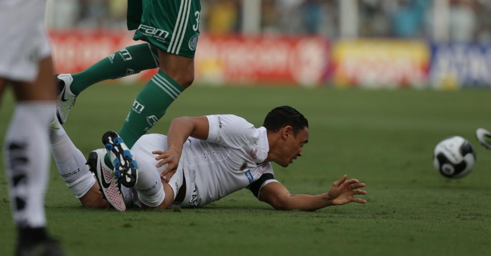 Ricardo Oliveira fica no chão depois de disputa de bola no jogo contra o Palmeiras, no Paulistão