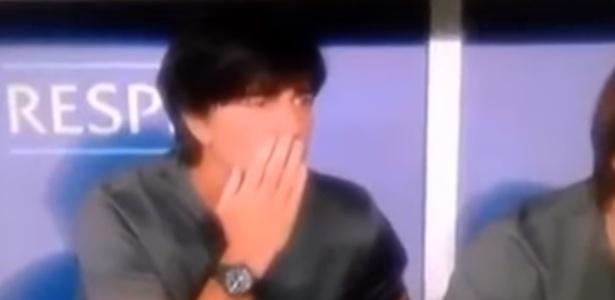 Joachim Löw foi flagrado na TV cheirando os dedos após levá-los entre as calças