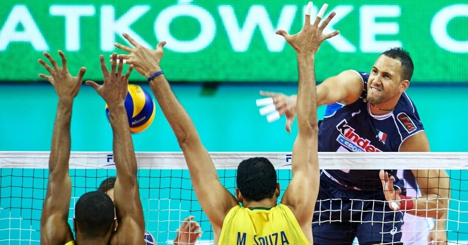 Lucarelli e Mauricio Souza bloqueiam ataque da seleção italiana