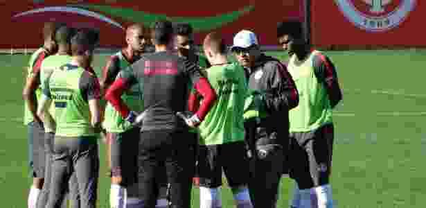 Celso Roth conversa com jogadores antes de treino coletivo no Internacional - Jeremias Wernek/UOL  - Jeremias Wernek/UOL