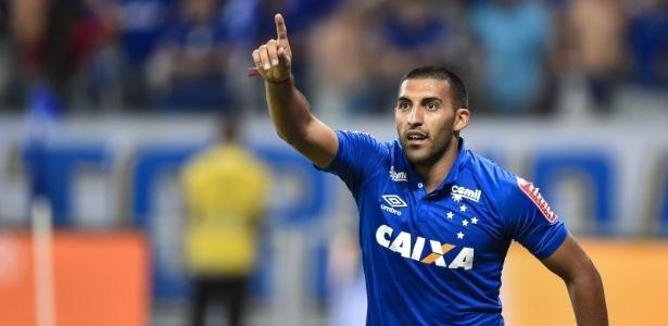 Atacante argentino Ramón Ábila comemora gol marcado pelo Cruzeiro