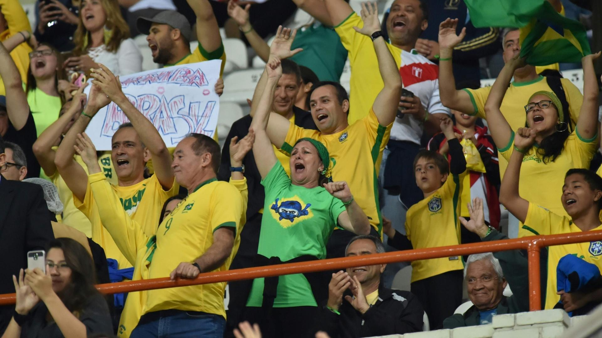 Torcida brasileira acompanha o duelo contra o Peru, em Lima