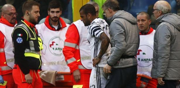 Daniel Alves deixa o gramado lesionado contra o Genoa - Marco Bertorello/AFP