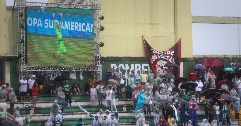 Vídeo com comemoração do goleiro Danilo passa nos telões da Arena Condá