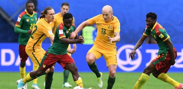 Aaron Mooy, da Austrália (número 13), em ação na Copa das Confederações