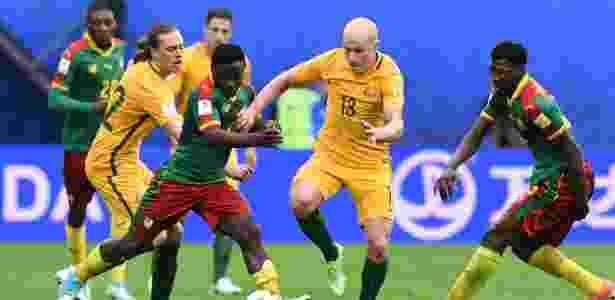 Collins Fai, de Camarões, tenta roubar a bola de Aaron Mooy, da Austrália, durante jogo pela Copa das Confederações - Kirill Kudryavtsev/AFP - Kirill Kudryavtsev/AFP