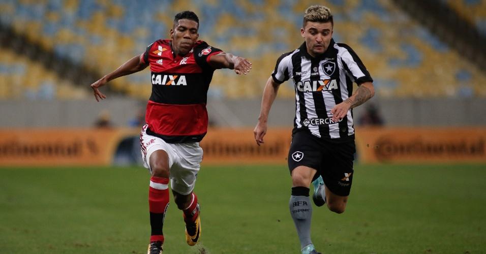 Berrío, do Flamengo, disputa lance com Victor Luis durante partida contra o Botafogo pela Copa do Brasil