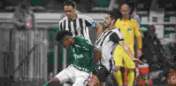 Tchê Tchê, do Palmeiras, disputa bola com Jean Mota, do Santos, observado por Ricardo Oliveira - Ricardo Nogueira/Folhapress - Ricardo Nogueira/Folhapress