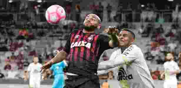 Jonathan e Reinaldo disputam bola - Cleber Yamaguchi/AGIF - Cleber Yamaguchi/AGIF