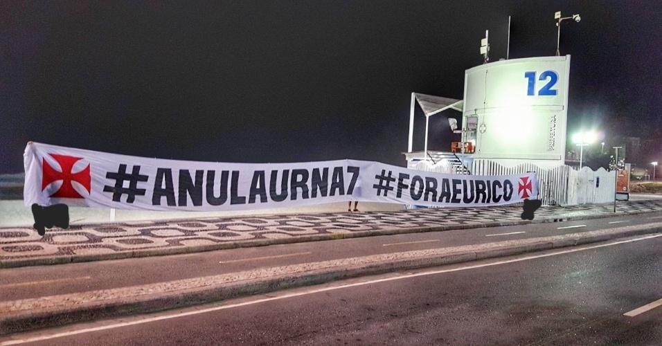 """Grupo de vascaínos usou a faixa em diversos pontos do Rio, como ocorreu no posto 12 da orla. O protesto foi feito pela chapa """"Reage Vasco, Fora Eurico"""", ligada a Júlio Brant"""