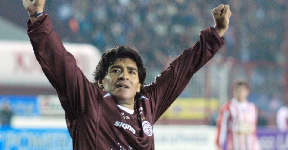 Maradona jogando com a camisa do Lanús em um amistoso em 2008