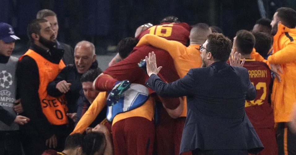 Jogadores da Roma se amontoam após terceiro gol sobre o Barça