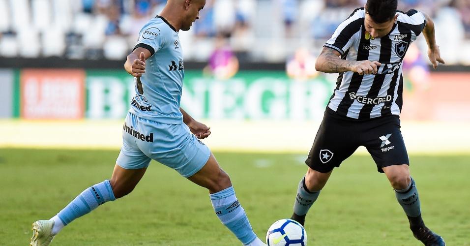 Leo Valência e Alisson disputam bola no jogo Botafogo x Grêmio, no Estádio Nilton Santos, pelo Campeonato Brasileiro 2018
