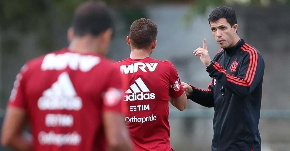 O interino Maurício Barbieri orienta treinamento do Flamengo no Ninho do Urubu