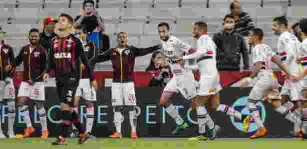 Jogadores do São Paulo comemoram gol de Nenê, que deve ser banco de reservas, contra o Atlético-PR - Geraldo Bubniak/AGB/Estadão Conteúdo