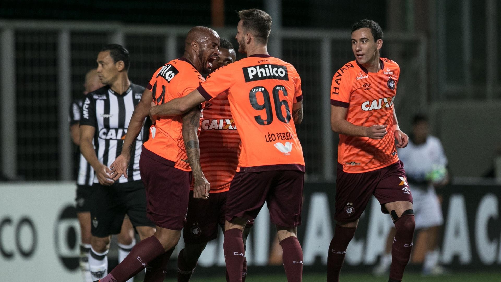 Thiago Heleno comemora gol do Atlético-PR contra o Atlético-MG