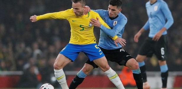Arthur em ação pela seleção brasileira durante jogo contra o Uruguai - David Klein/Reuters