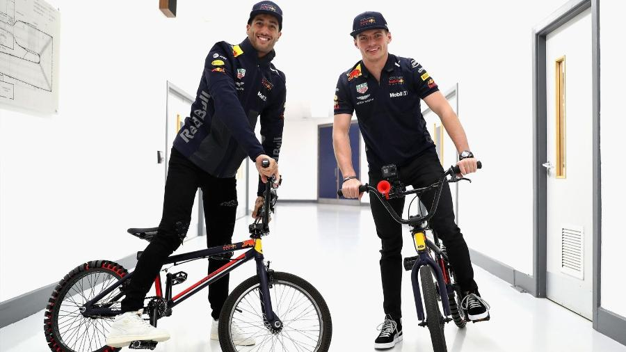 Daniel Ricciardo e Max Verstappen são dois dois pilotos com 1,80m ou mais no grid - Red Bull Racing/Divulgação