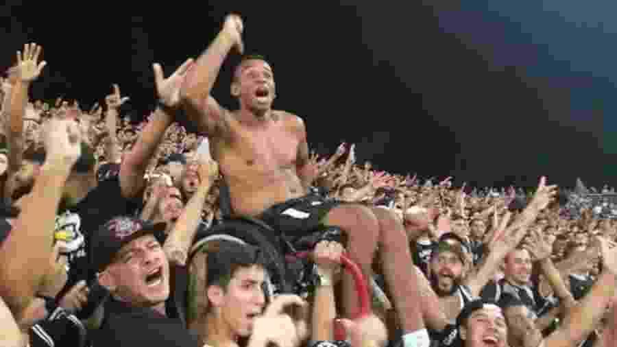 Alan Pereira foi carregado por torcedores do Corinthians na Arena em abril passado - Acervo pessoal