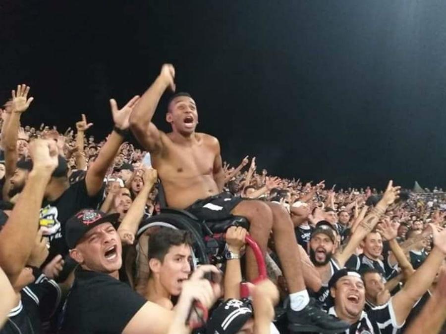 68f771283c0d9 Corinthians  Quem é o torcedor cadeirante erguido na Arena em foto que  viralizou