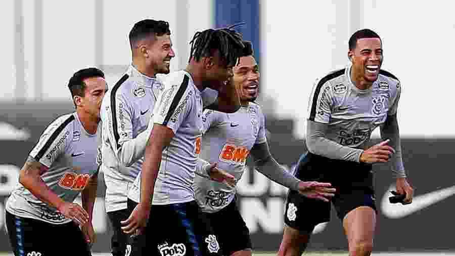 Gustavo (à dir.) treinou bem sorridente entre os reservas do Corinthians na tarde de hoje - Marco Galvão/FotoArena/Estadão Conteúdo