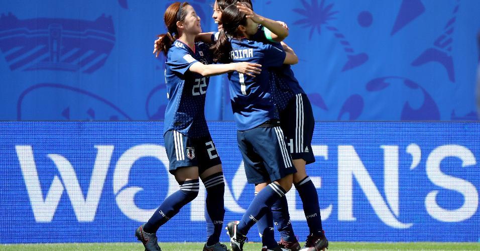 Japonesas comemorando gol contra Escócia