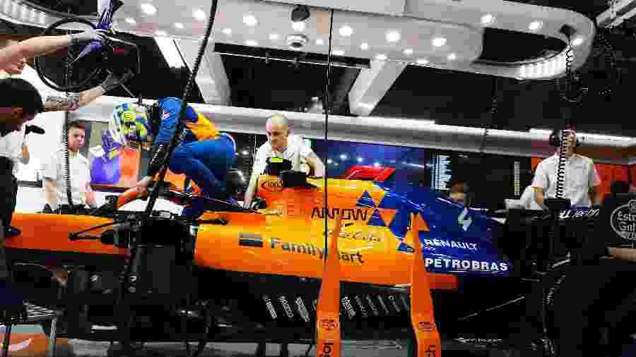 Lando Norris entra em sua McLaren no Japão - McLaren/Divulgação