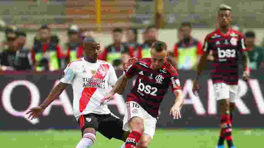 Rafinha disputa bola com De La Cruz, durante final da Libertadores entre Flamengo e River Plate -  REUTERS/Pilar Olivares