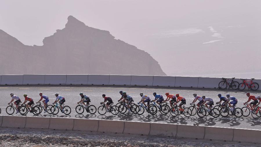 Pelotão do Tour dos Emirados Árabes na etapa entre al-Ain até Jebel Hafeet no dia 27 de janeiro de 2020, antes da parada por Covit-19 - Giuseppe Cacace/AFP