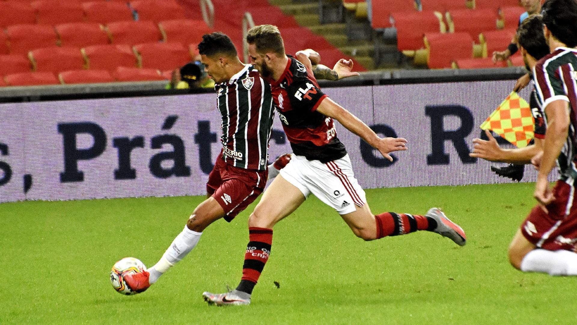 Evanilson, do Fluminense, e Léo Pereira, do Flamengo, disputam bola na final do Carioca