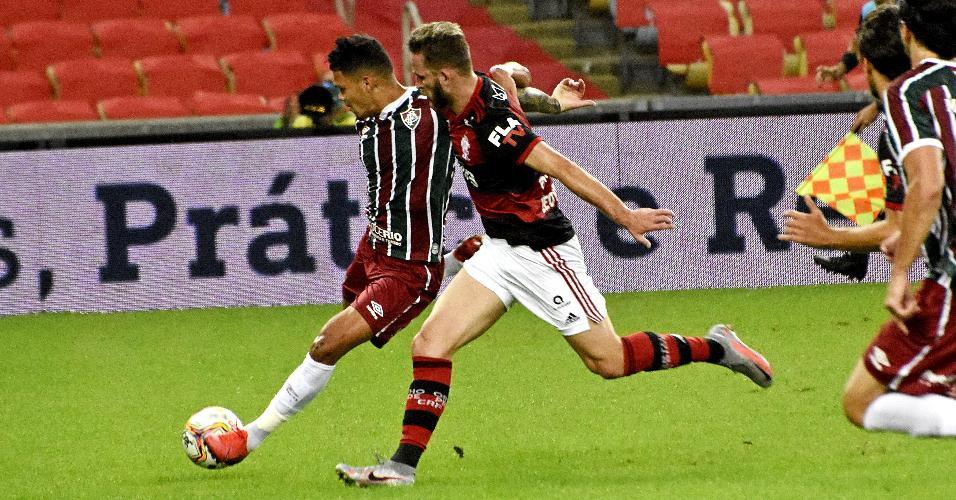 Evanilson, do Fluminense, e Léo Pereira, do Flamengo, disputam bola na final do Carioca