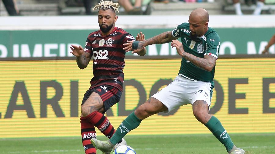 Gabriel Barbosa e Felipe Melo disputam bola em Palmeiras x Flamengo, pelo Brasileirão de 2019 - Bruno Ulivieri/AGIF