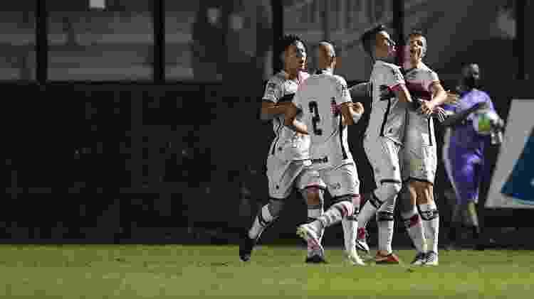 Jogadores do Atlético-GO comemoram gol marcado contra o Vasco no Brasileirão 2020 - Jorge Rodrigues/AGIF - Jorge Rodrigues/AGIF