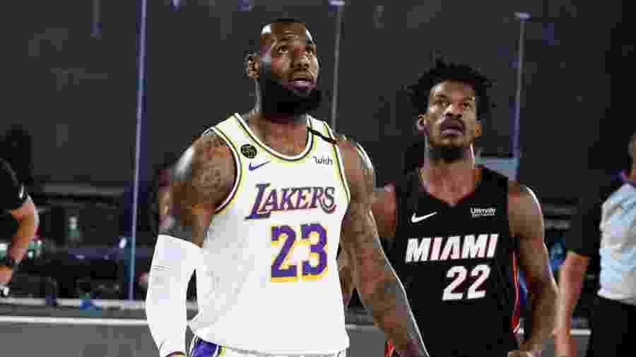 LeBron James e Jimmy Butler disputam jogo 3 das finais da NBA, entre Los Angeles Lakers e Miami Heat - Andrew D. Bernstein/NBAE via Getty Images