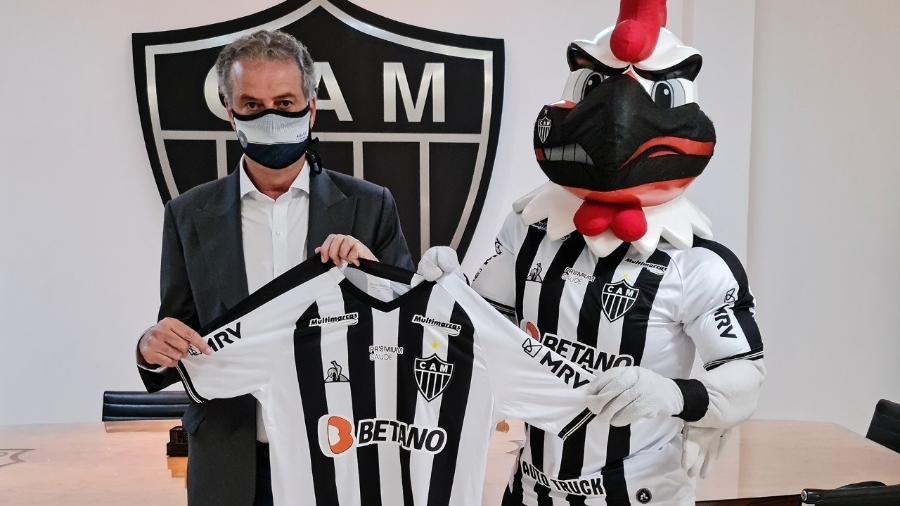Presidente do Galo exibe camisa já com a marca do novo patrocinador - Divulgação/Atlético-MG
