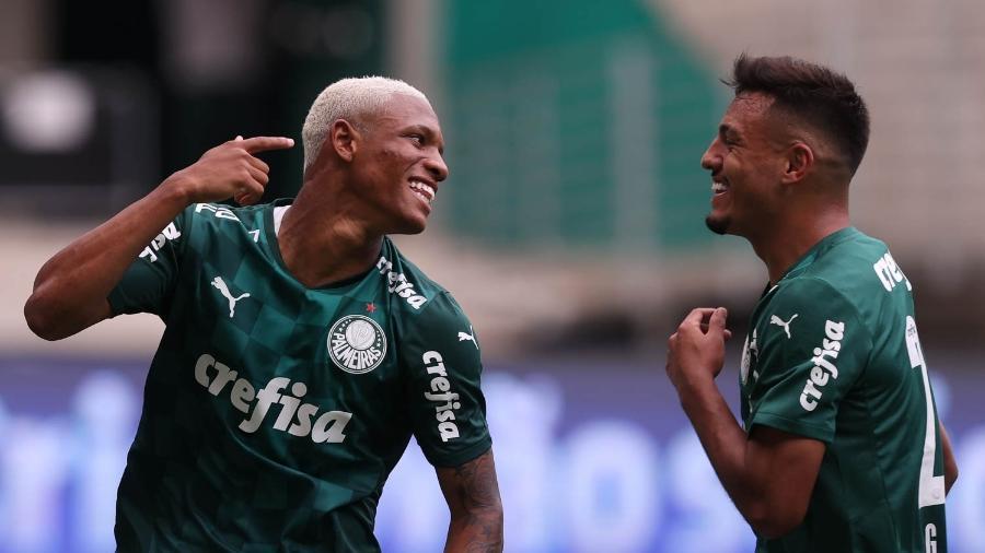 O jogador Danilo, do Palmeiras, comemora com Gabriel Menino seu gol contra a Ferroviária, durante partida do Campeonato Paulista 2021 - Cesar Greco