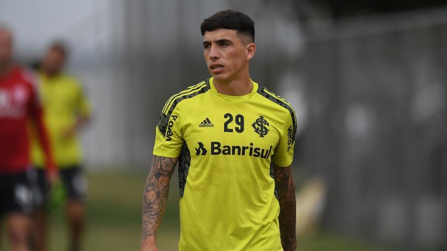 Renzo Saravia treina com grupo do Inter, mas ainda não faz todas atividades - Ricardo Duarte/Inter