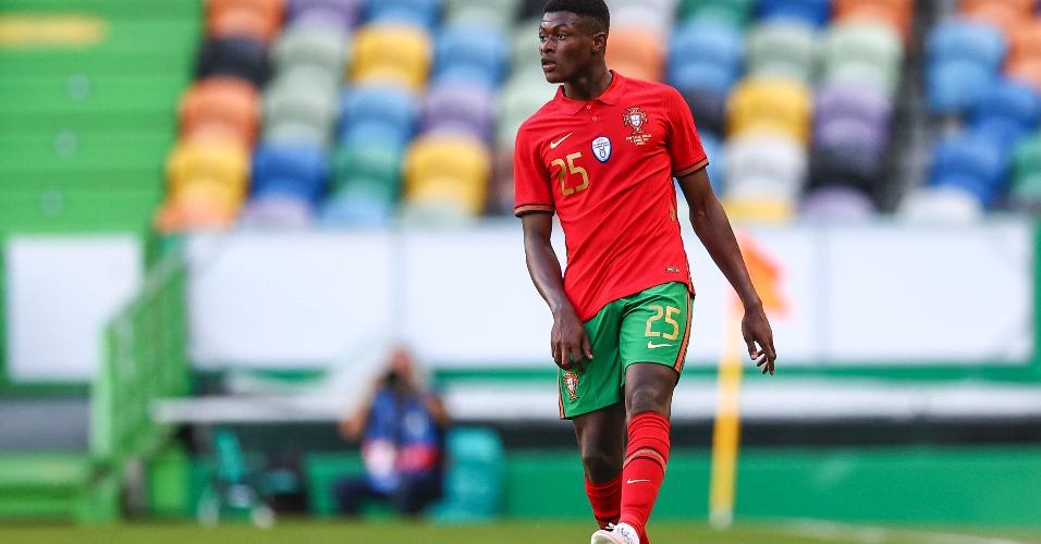 Nuno Mendes defendendo a seleção portuguesa