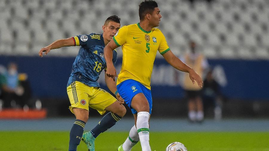 Casemiro, do Brasil, domina a bola diante de jogador da Colômbia pela Copa América - Thiago Ribeiro/AGIF