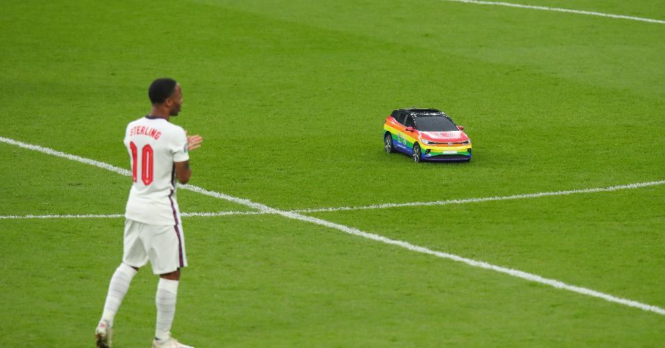 Carrinho com as cores da bandeira LGBTQIA+ transportou a bola até o meio de campo