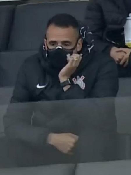 Renato Augusto assiste ao jogo entre Corinthians e Flamengo, na Neo Química Arena - Reprodução