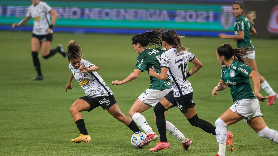 Jogadoras de Palmeiras e Corinthians disputam jogada durante a ida da final do Brasileirão Feminino - Jhony Inácio/Enquadrar/Estadão Conteúdo
