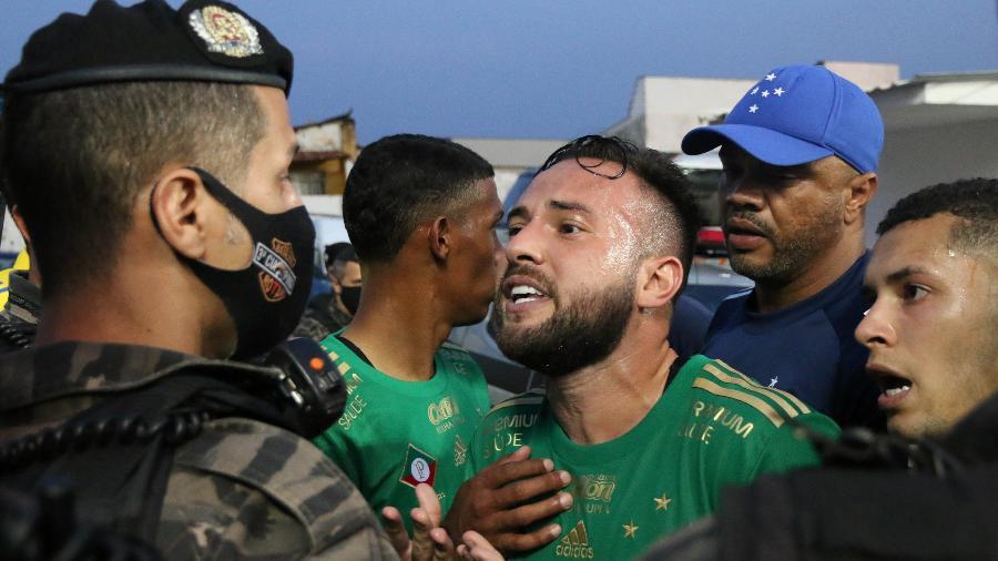 Giovanni confronta policial após confusão na derrota do Cruzeiro para o CSA, na Arena Independência, pela Série B - Fernando Moreno/Fernando Moreno/AGIF