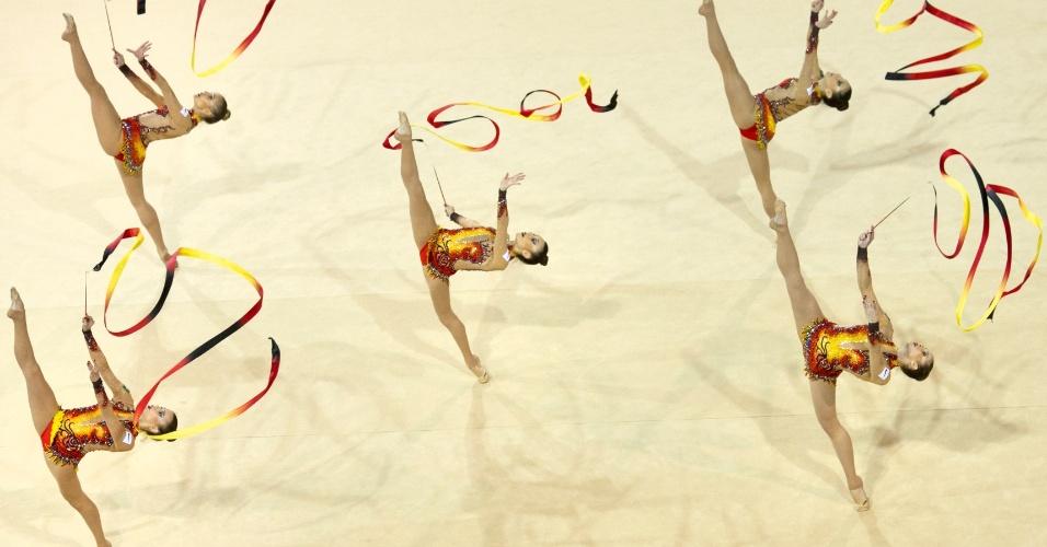 Equipe feminina de ginástica rítmica se apresenta no Pan de Toronto