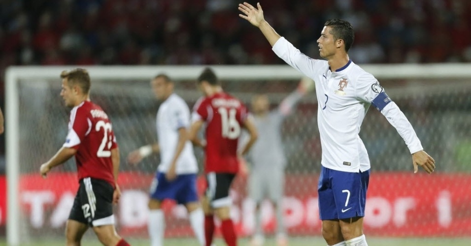 Cristiano Ronaldo reclama durante partida de Portugal contra a Albânia, pelas Eliminatórias da Eurocopa, nesta segunda-feira (7)