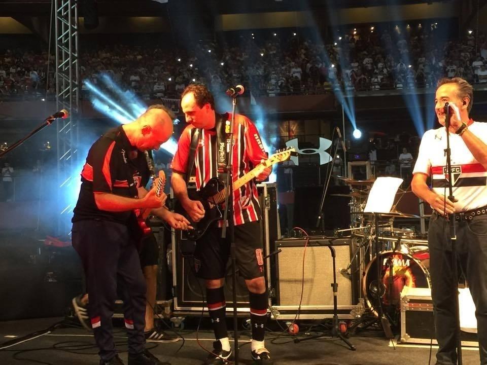 Rogério Ceni sobe ao palco para cantar no intervalo de seu jogo de despedida, no Morumbi.