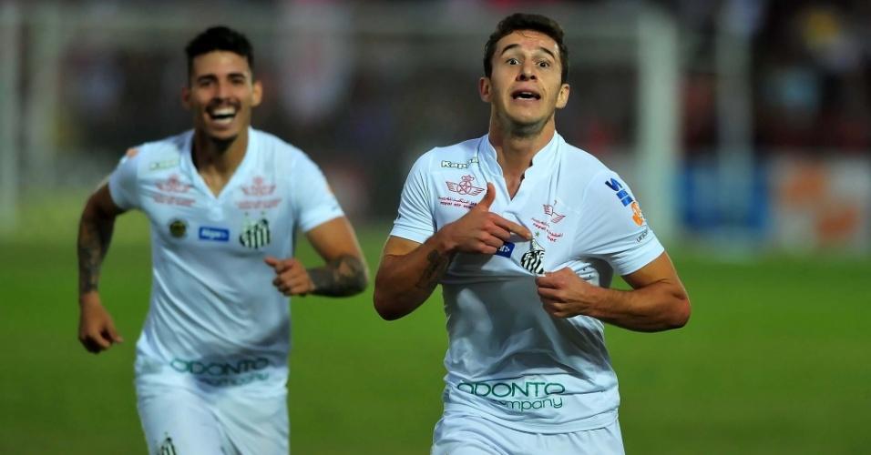 01.mai.2016 - Seguido por Zeca (esq.), Ronaldo Mendes comemora gol do Santos diante do Audax, na primeira final do Campeonato Paulista