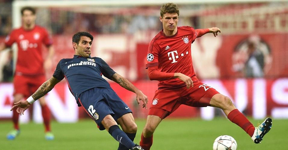 Augusto Fernandez e Thomas Muller disputam bola na partida do Atlético de Madri contra o Bayern de Munique, na Liga dos Campeões